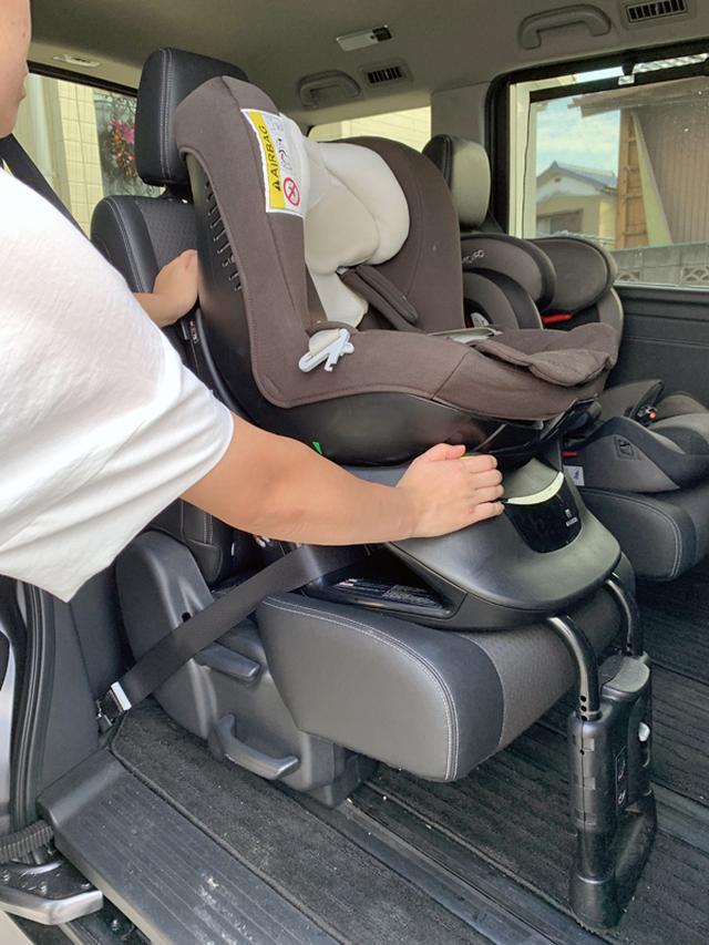 画像: チャイルドシートを揺さぶって、クルマが揺れるくらいなら大丈夫。しっかり固定されている。