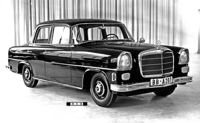 画像: また別のW122型のデザインスタディ。これは4ドアボディで、W120型と次に出るW110型の折衷型のようなヘッドランプが特徴的だ。