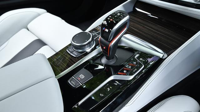 画像: 8速Mステップトロニックには、「ドライブロジック」を採用。シフト時間の制御速度を、3段階に変更できる。