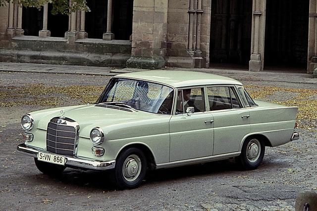 画像: 1961年に登場したW110型の180。より上級の220と同じボディで、ヘッドランプをシンプルな丸型にするなど簡素化している。全長は4.7m以上あり、「ミディアム」というべきサイズだった。