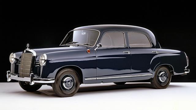 画像: 1953年に登場したW120型の180。同じボディで1.9Lエンジンの190はW121型。戦後のメルセデス・セダンの出発点となったモデル。全長は約4.5m。