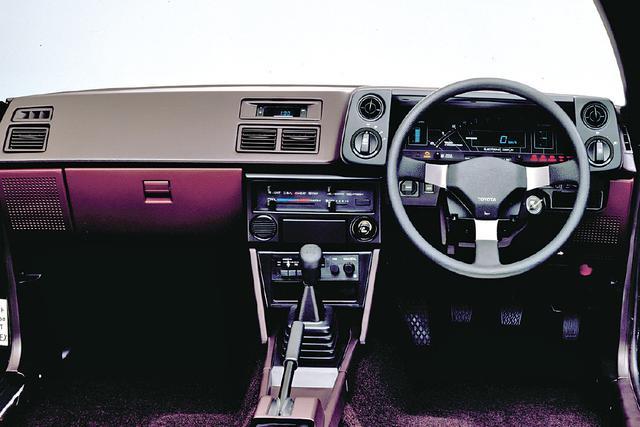 画像: ライトやワイパーのスイッチはメーターパネル両脇にセット。GT APEXにはデジタルメーターが標準装備だった。