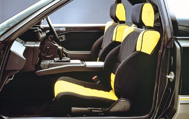 画像: シートは過激なドライビングにも対応するため、スポーティなバケットタイプを装着する。