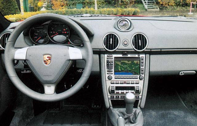 画像: 一新されたダッシュボードデザイン。明らかにポルシェのものとわかるが、911とはまったく翼なる。ボクスターは5速MT、ボクスターSは新開発の6速MTが標準となる。この6速MTはボクスターにもアクテイブシャシとセットでオプション選択できる。