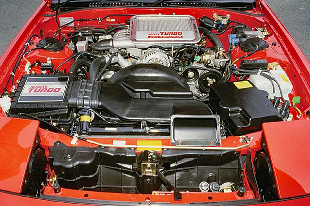画像: RX-7の全バージョンに13Bターボ・インタークーラー付きが積まれた。デビュー当時は185psだったが、1989年3月以降は205psへ出力アップされた。