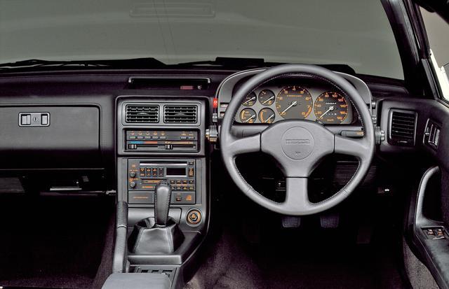 画像: スポーツカーらしく、タコメーターを中央に配置。エアコンやオーディオのスイッチ類も洗練されている。