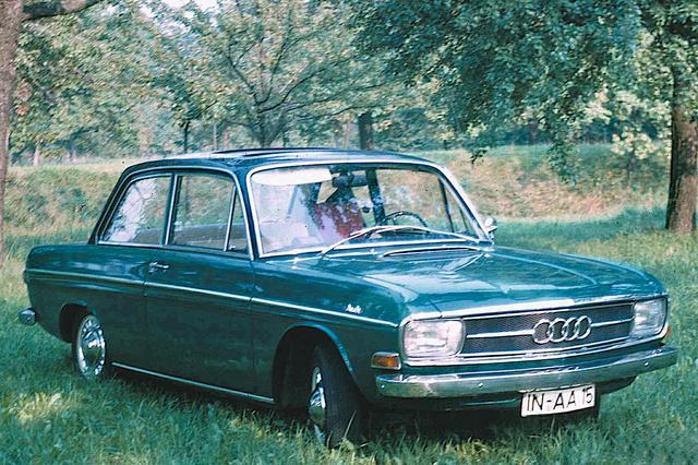 画像: 1965年に初登場したアウディ。当初は72PSという車名で、やがて80へと進化する。4気筒を載せるためにフロントのデザインを変えているが、車体はDKW F102そのもの。