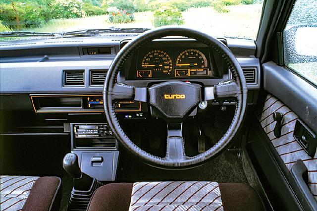 画像: シリーズ中、ターボ車のみ3本スポークのステアリングを装備する。