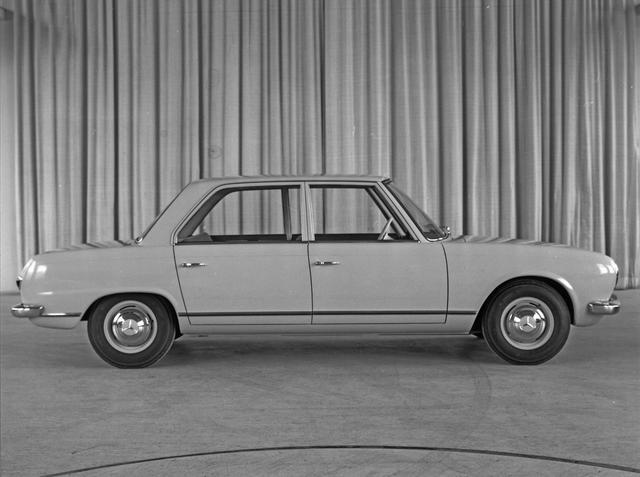 画像: W118/W119は2ドアと4ドアがあった。当時の新鋭的FF車特有の、独特のプロポーションをしており、いかにも室内スペースが広そうに見える。