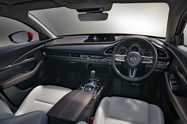 画像: 運転席前のメーターやスイッチ類は左右対称に配置される。