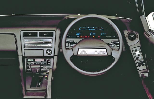 画像: トヨタの最上級パーソナルクーペだけあって、スウェード調の柔らかな雰囲気のインパネ。3L車には手元でエアコンやオーディオが操作できるサテライトスイッチ付き。
