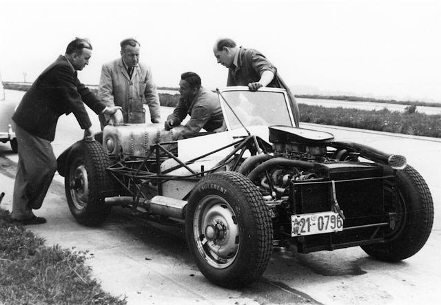 画像: ルードヴィッヒ・クラウスは1950年代には、レーシングカー開発部門を指揮しており、伝説的なF1マシンのW196や、300SLRなどを開発した。これは300SLRのテスト風景。左端がクラウス。