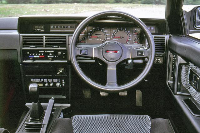 画像: スカイライン伝統の水平ゼロ指針メーターはGTSでも踏襲された。絶壁コンソールは、この時代の日産車の特徴だった。