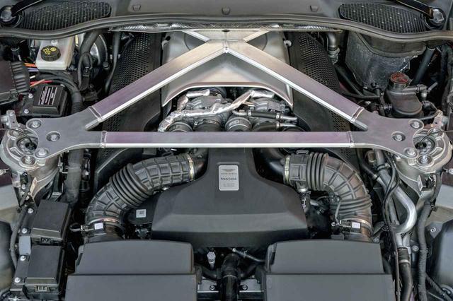 画像: フロントには510psを発生するターボで武装された4L V8を搭載。極太のストラットタワーバーがバルクヘッド側にも接続されている。