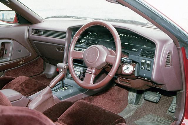 画像: 3L車はデジタルメーターのみの設定で、ロックtoロック3.0回転のステアリングはソアラよりもシャープな回頭性の源だ。