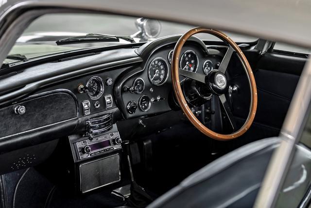 画像: コクピットはウッドのステアリングを含めて、まだ戦前のスポーツカーを思わせるもの。ローバックのシートも英国風だ。