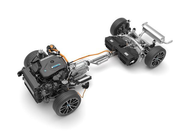 画像: 新型BMW3シリーズのプラグインハイブリッドは、従来型よりも約80%容量を拡大した10.3kWhのリチウムイオンバッテリーを搭載する。エンジンは184psを発生する2L直4ターボでそれに最高出力は113psを発生するモーターを搭載。エキストラブーストモード使用時は、システム最高出力292ps、システム最大トルク420Nmを発生する。またモーターは8速AT内に搭載される。