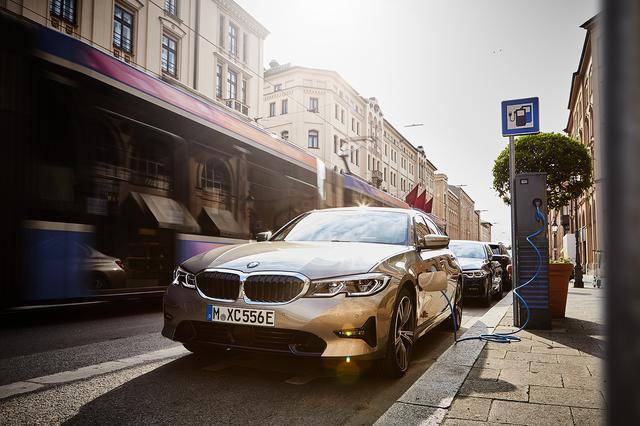 画像: 街中でも気軽に充電できるようになれば、PHEVはベストな選択になる。