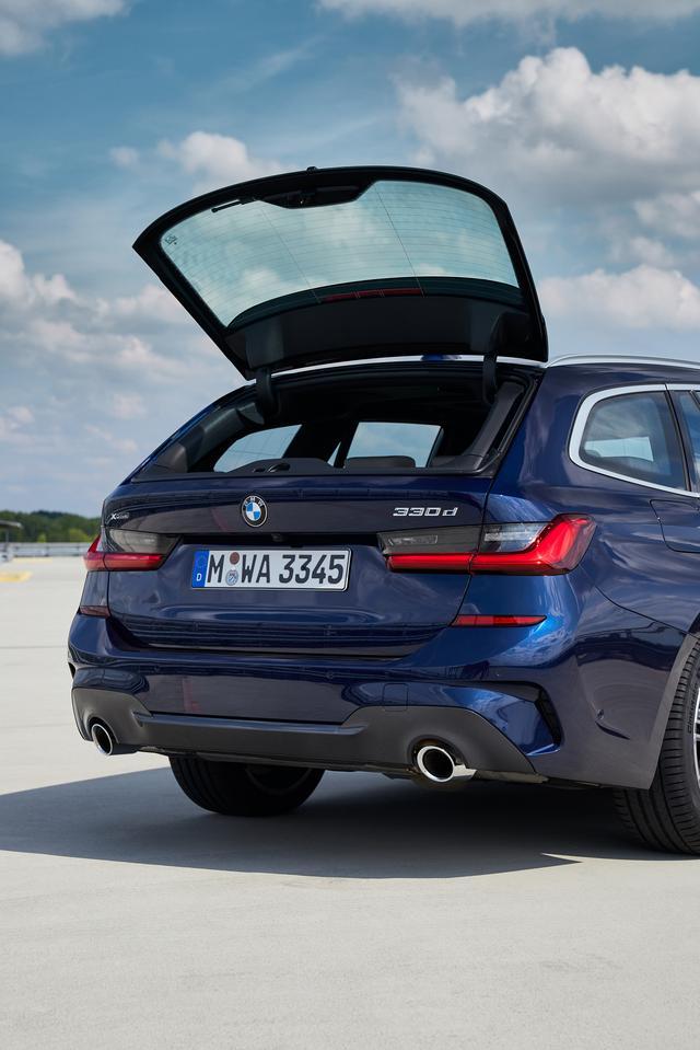 """画像: BMWのツーリングといえばやはりこの独立開閉式のリアガラスだろう。5シリーズツーリングにも採用されるが、この機能があるからこそ""""BMWのツーリング""""を選ぶ人も多い。"""
