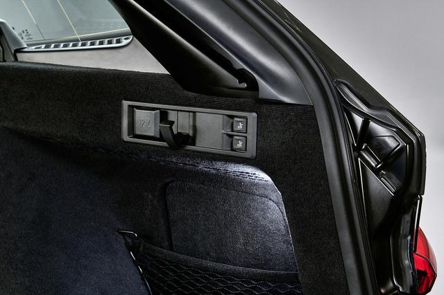 画像: リアシートは荷室内に用意されるこのスイッチを使い分割して倒すことができる。