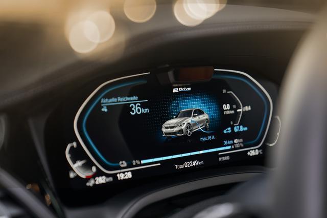 画像: 充電時のメーター。充電量やEV走行可能距離などはここに表示される。EV走行時の最高速度は140km/h。