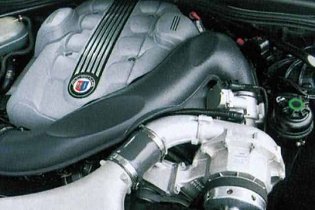 画像: 4.4L V8スーパーチャージャーの最高出力は日本仕様ではM5を上回る510ps(欧州仕様は500ps)。しかもスロットルを床まで踏み込んで回転を上げる必要がない。