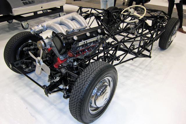 画像: 300SLのマルチチューブラーフレーム。エンジンは40度以上傾けて搭載されている。