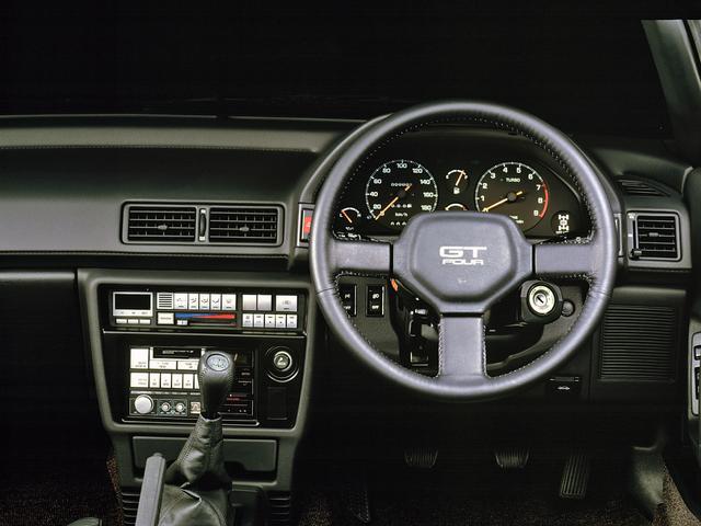 画像: GT-FOURはコンペティティブな性格のため、メーターはアナログのみ。タコメーターの右下にデフロックインジケータが付く。