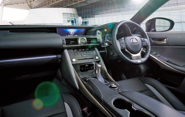 画像: 特別仕様車専用ブルーグレーステッチ(メーターフード・ニーパッド・ドアトリム・コンソール)
