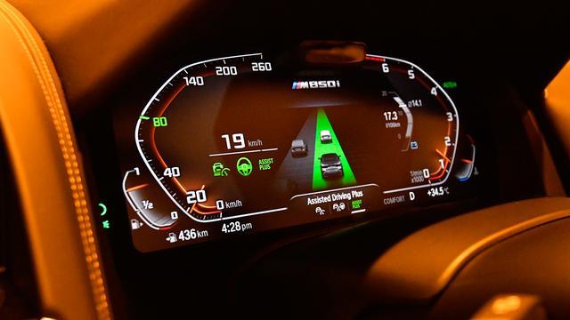 画像: BMWのハンズ・オフ機能は現時点では渋滞時の運転支援を目的として開発されている。このハンズ・オフ機能は高速道路でアクティブクルーズコントロール(ACC)機能を作動しながら走行中、前走車がいて60km/h以下の場合にのみ作動する。