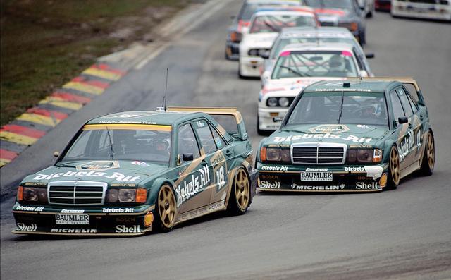 画像: 190シリーズはレースに積極参戦し、BMW M3などと激しく競い合った。これは進化型の190E 2.5-16 エボリューションIIで、この過激なボディで市販化された。