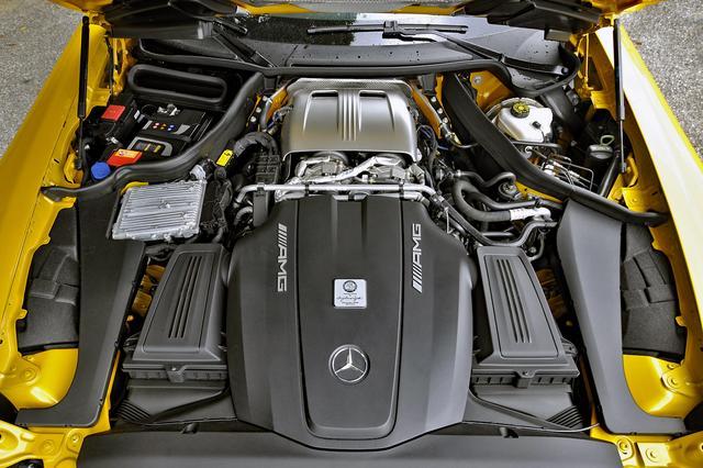 画像: フロントミッドシップなので、エンジン本体は黒いカバーの後ろに搭載されている。V8はバンク内側にツインターボを装着する。