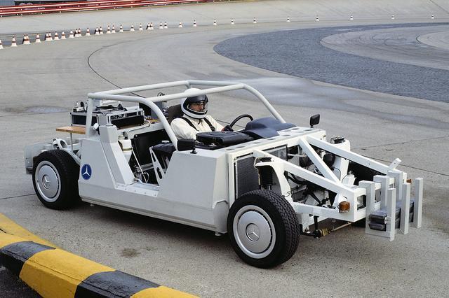 画像: マルチリンク・リアサスペンションの開発のためにつくられた実験車両。まったく新しいサスペンション形式完成のために試作と実験が繰り返された。