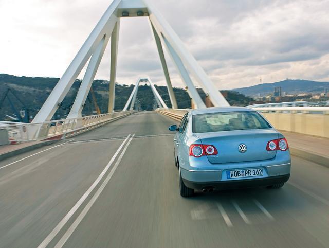 画像: 最新のフォルクスワーゲンデザインを採用、VWエンブレムが強調されたリアデザインも洗練されている。