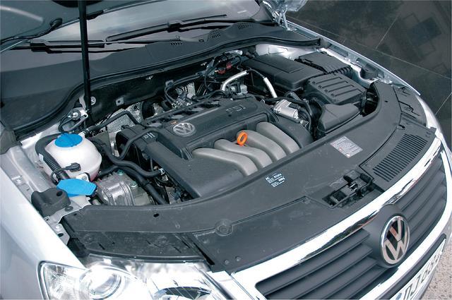 画像: 先代まではエンジン縦置きだったが、このモデルから横置きとなった。