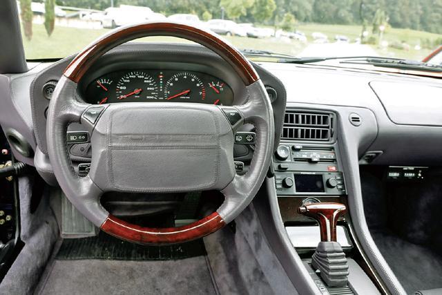 画像: スポーツカー的というよりは高級乗用車風のコクピット。メーターパネルとステアリングは一体でチルトし、視認性に優れる。