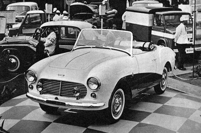 画像: 1957年の第4回ショーに展示されたプロトタイプのダットサンスポーツ。1960年1月からSPL212型として北米輸出を開始。