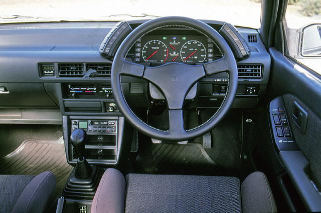 画像: MOMO製のステアリングが装着され、走りのZZ(ダブルズィー)のスポーツ心を表現している。