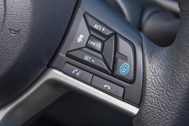 画像: ステアリングスポークの右脇にある青色の「マイパイロット」スイッチを押すとスタンバイ。