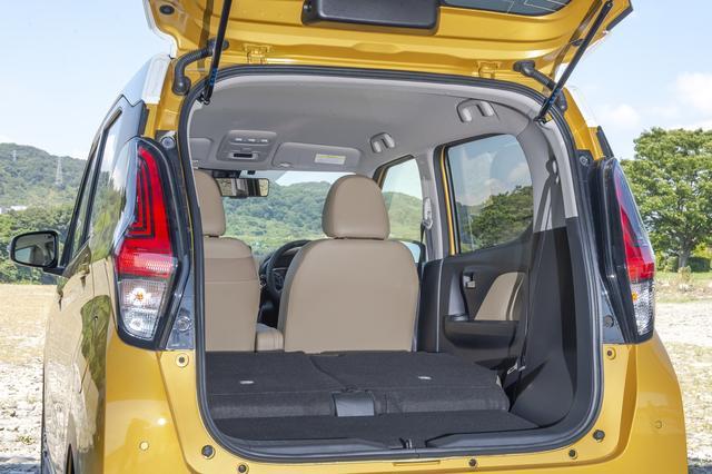 画像: 後席はスライド機能を備えるほか、左右分割可倒式のシートバックを前に倒せば広大なラゲッジスペースが出現。