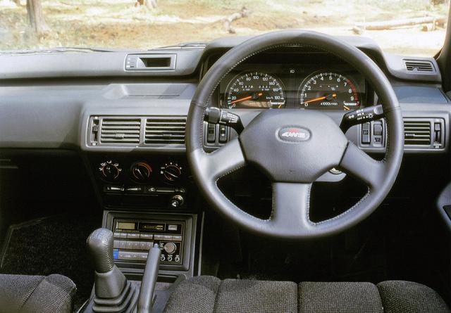 画像: 写真は5速MTだが、2万1000円高で4速ATの設定もあった。走りのモデルながら、エアコンとオーディオは標準装備となっていた。