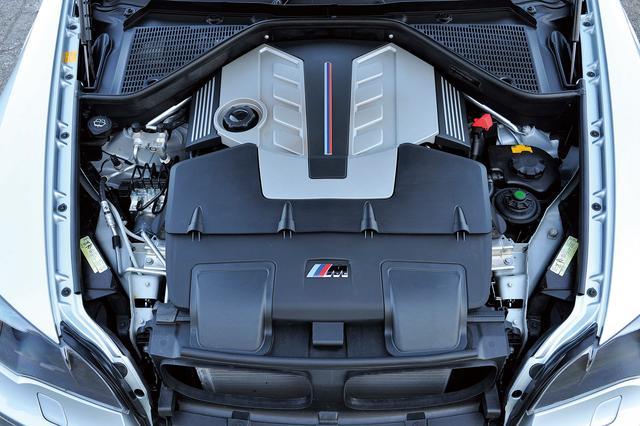 画像: X5/X6に搭載される4.4Lツインターボエンジンをベースに改良されたS63B44A型。Vバンク内に2基のタービンと一体型排気マニホールドを配し圧倒的な動力性能を発揮した。