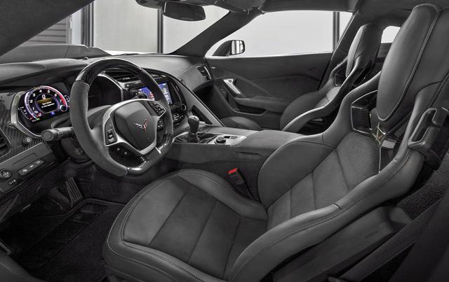 画像: ヘッドレスト一体型のバケットタイプシートやメーターはZR1専用デザイン。ミッションは8速ATも設定される。