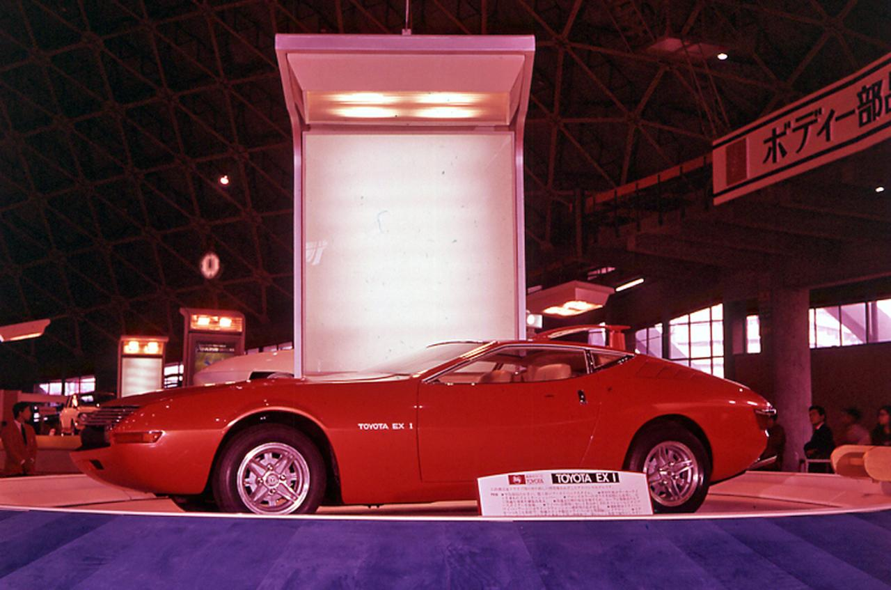 画像: 1969年の第15回ショーに出展されたプロトタイプ、トヨタ EX-1。グラスルーフの未来的なスタイルで、翌年発売されたセリカのデザインスタディと言われている。