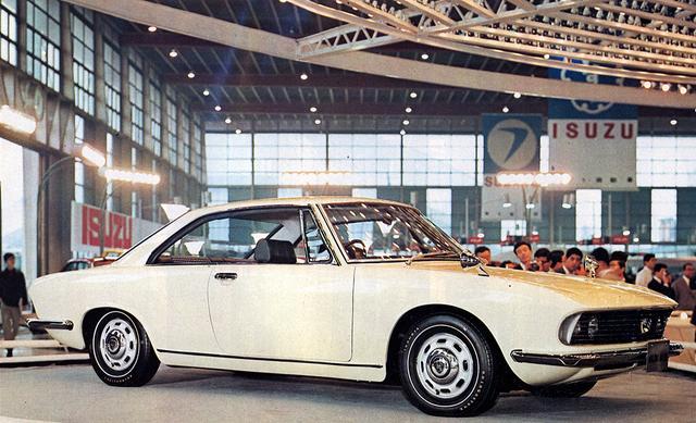 画像: 1967年の第14回ショーに出展されたマツダRX87は、シャッター付きのヘッドライトが特徴的。翌年、ルーチェロータリークーペとして出展されたときは、普通のライトになっていた。