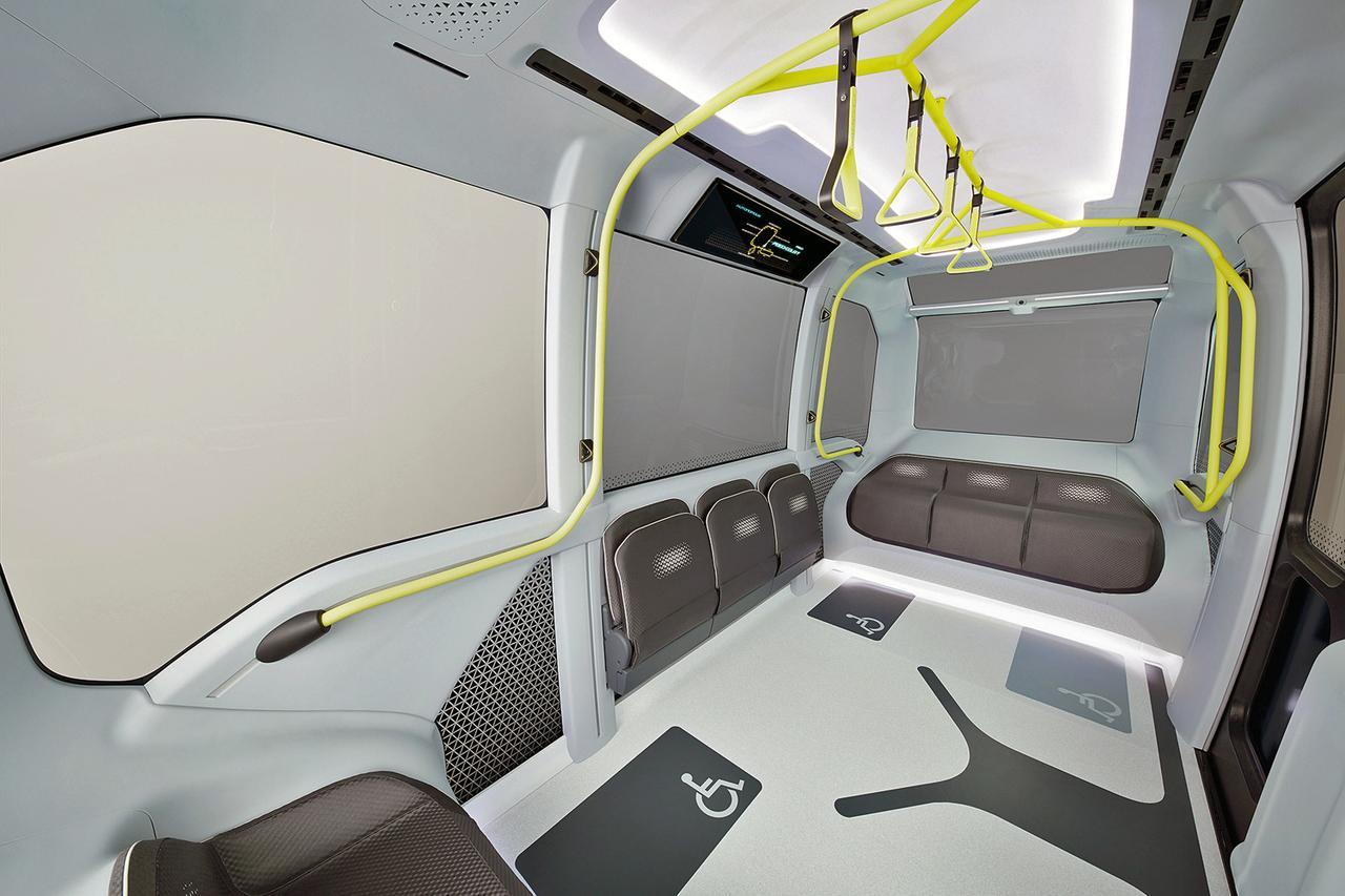 画像: ユニバーサルデザインを採用した車内は室内高も十分で、背の高いアスリートでも立って乗れる。