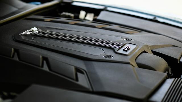 画像: カイエンなどにも搭載される4L V8ツインターボだが、チューニングはもちろんベンテイガ専用となる。