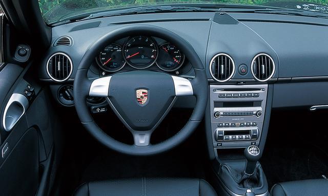 画像: 911風デザインを巧みに採り入れながらも、スポーツカーらしい軽快感を演出するコクピット。スタンダードのボクスターはブラックメーターとなる。