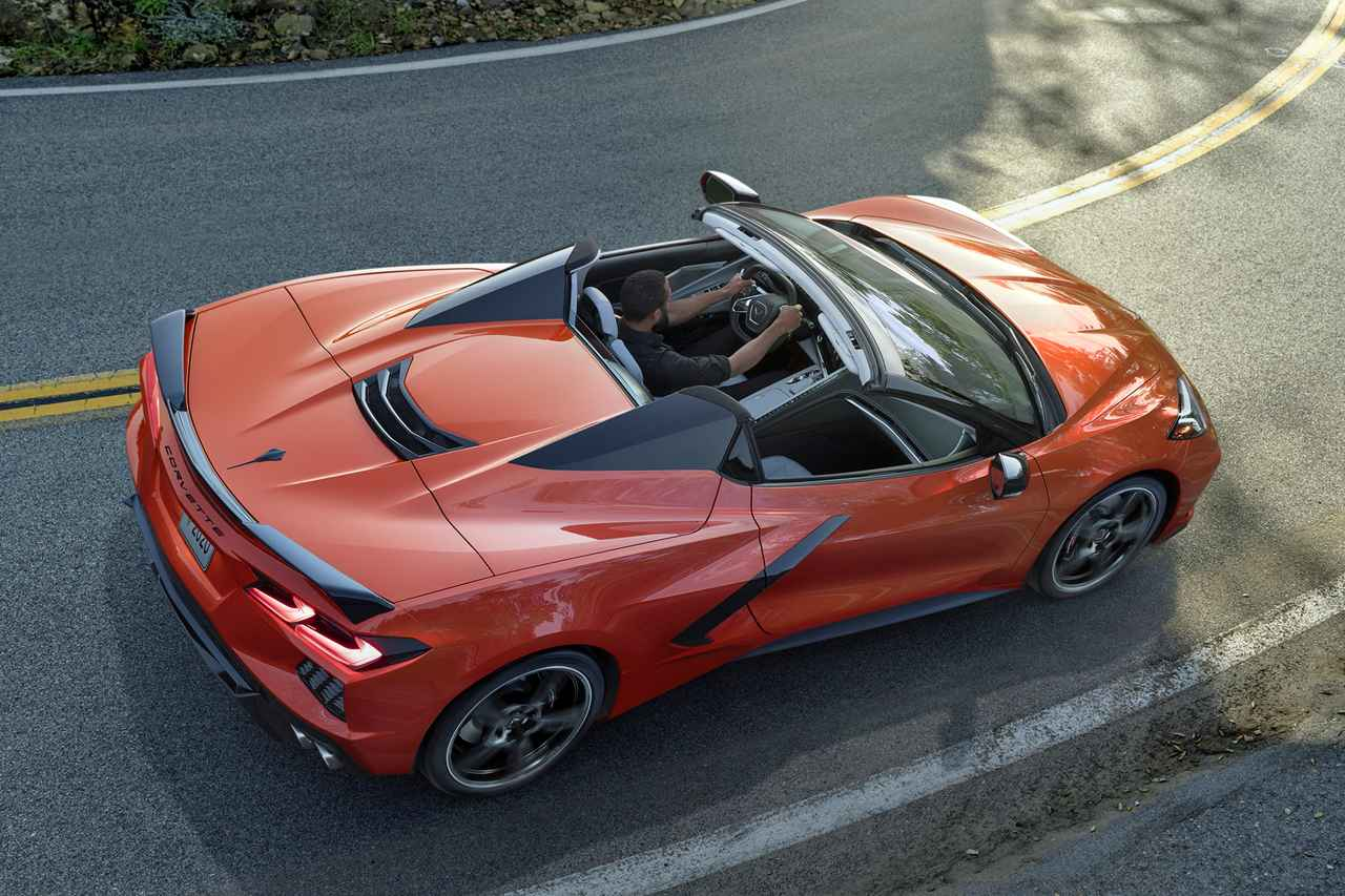 画像: ハードトップは車速が約48km/h以下なら走行中でも開閉が可能だ。