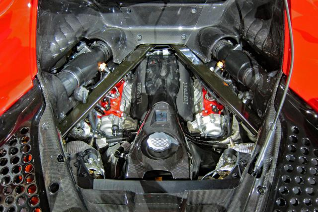 画像: エンジン本体はかなり低い位置にマウントされている。